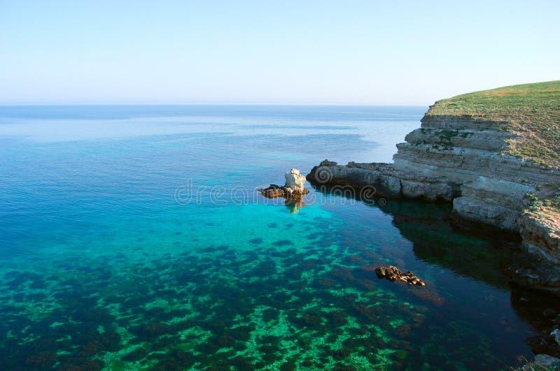 Paysage marin avec de l'eau clair comme de l'eau de roche photographie stock libre de droits