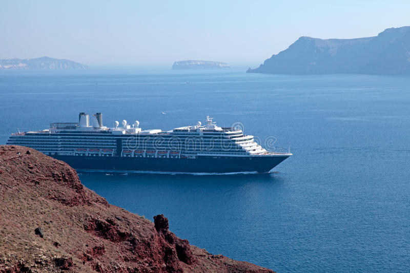 Paysage marin avec des bateaux de croisière, Santorini, Grèce photo libre de droits