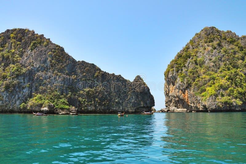 Paysage marin avec des montagnes près de Koh Chuek photos stock