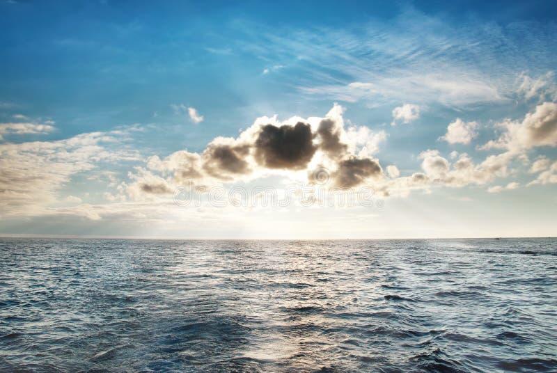 Paysage marin avec des nuages photos libres de droits