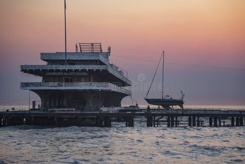 Paysage marin avec des vues de la ville photographie stock libre de droits