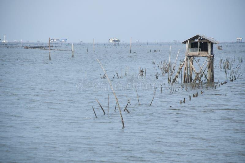 Paysage marin avec la hutte de pêcheur en mer en Thaïlande du sud photographie stock libre de droits