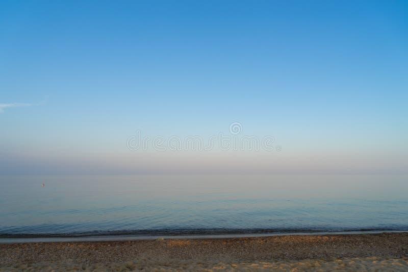 Paysage marin avec la mer calme et le beau ciel au lever de soleil photo stock