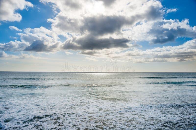 Paysage marin avec la r?flexion argent?e, le ciel et les nuages de lumi?re du soleil photos stock
