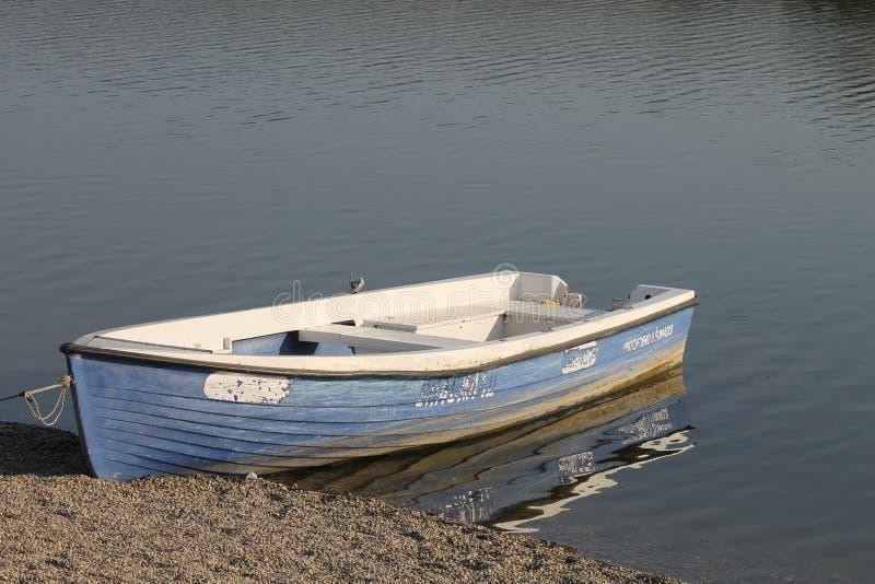 Paysage marin avec le bateau de p?che Bateau de rang?e en bois photographie stock