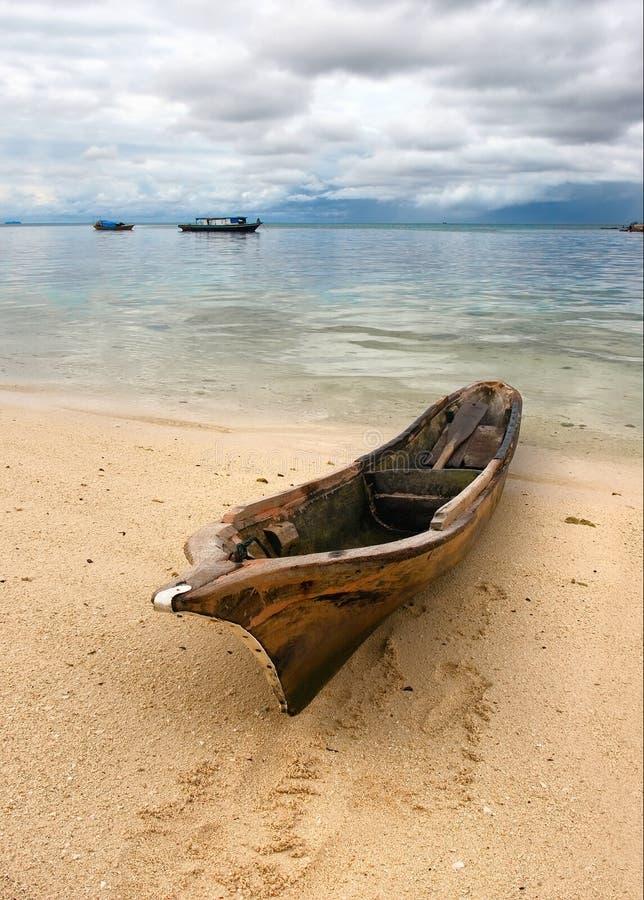 Paysage marin avec le vieux bateau images stock