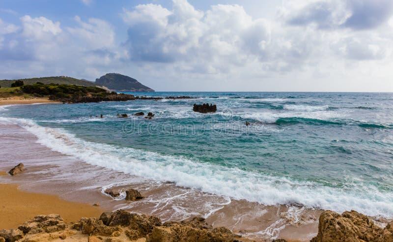Paysage marin avec les vagues clapotantes mousseuses photos stock