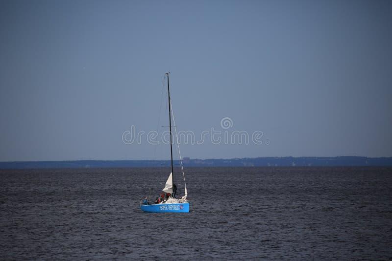 Paysage marin avec un yacht de voile le matin Zone aquatique de la baie de Neva photos stock