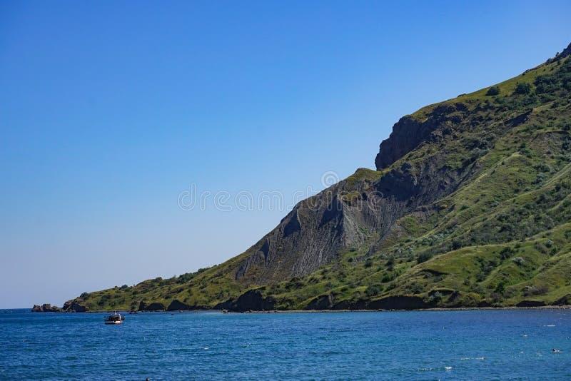 Paysage marin avec vue sur le littoral et la mer bleue calme photos stock
