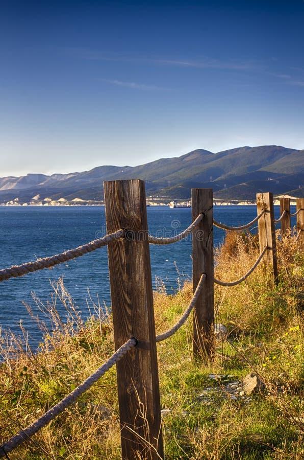 Paysage marin Barrière de corde sur la falaise perspective photos stock