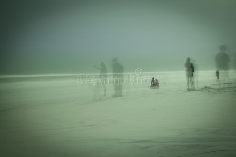 Paysage marin bleu fantomatique de plage de montagne photographie stock libre de droits