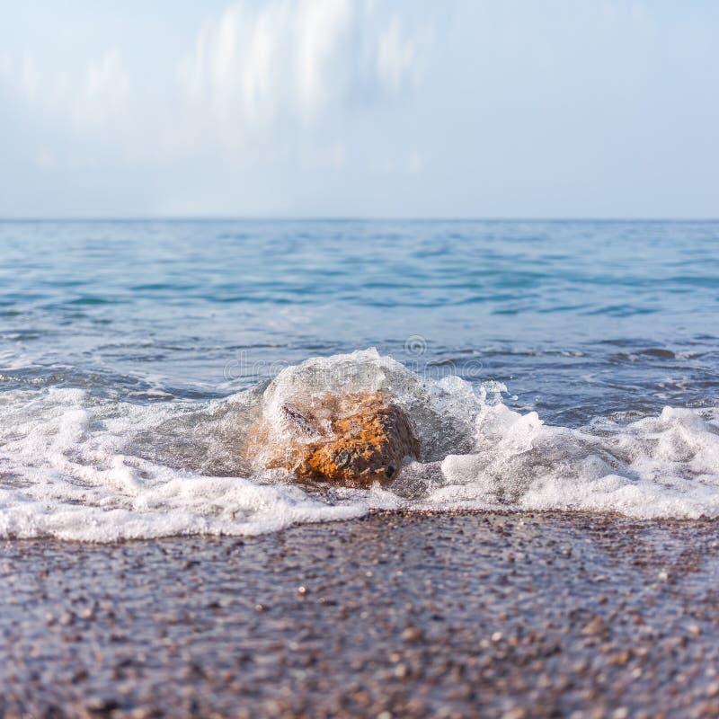 Paysage marin brumeux minimaliste image stock