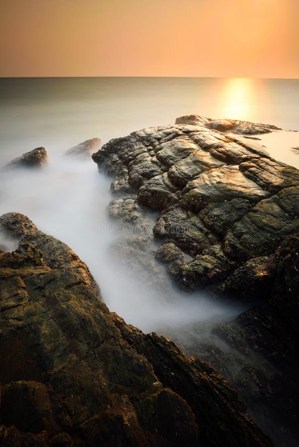 Paysage marin brumeux minimaliste au coucher du soleil photographie stock libre de droits