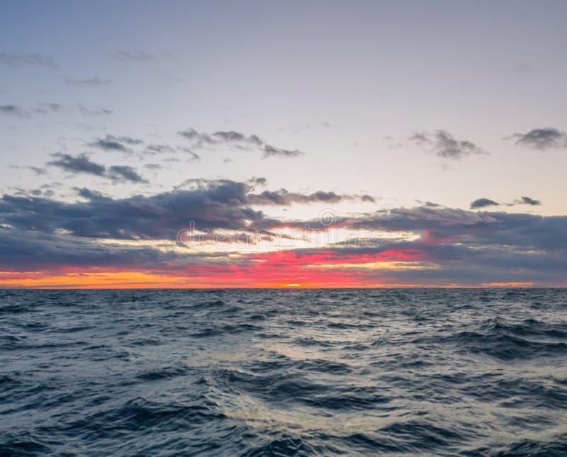 Paysage marin Coucher du soleil coloré dans le ciel nuageux photos stock