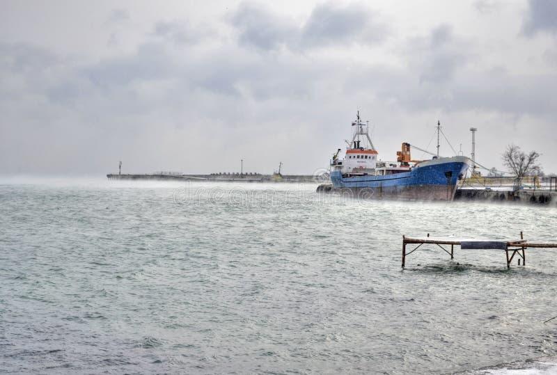 Paysage marin d'hiver, bateau dans le parking photo libre de droits