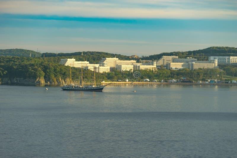 Paysage marin dans la région de l'île russe avec des vues du voilier de Pallas et du campus image stock