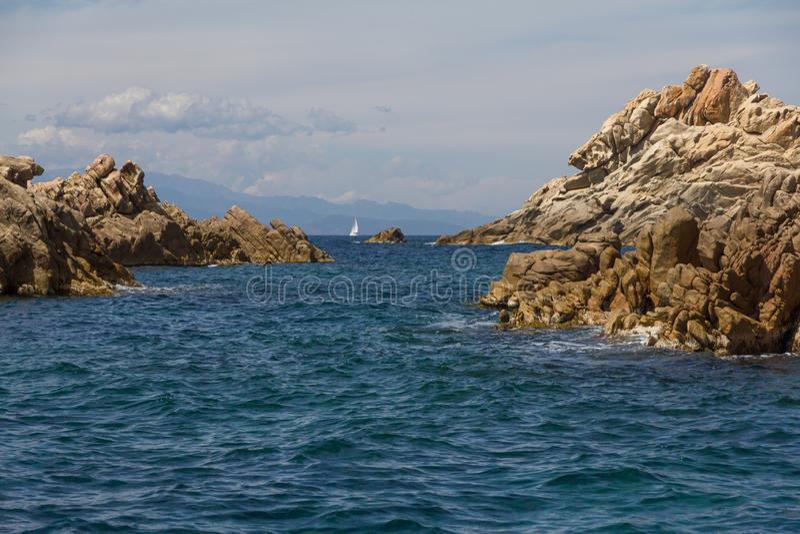 Paysage marin de Costa Smeralda avec des roches, ?le de la Sardaigne, Italie image stock