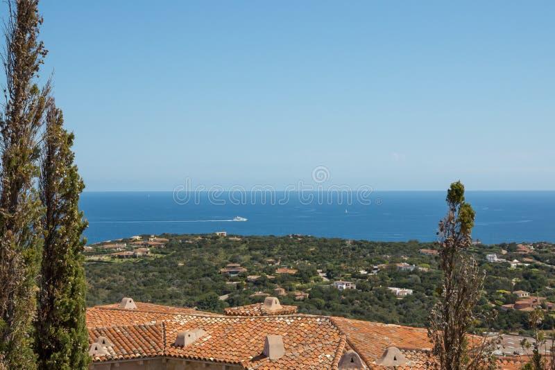Paysage marin de Costa Smeralda avec une vue sur la côte photographie stock