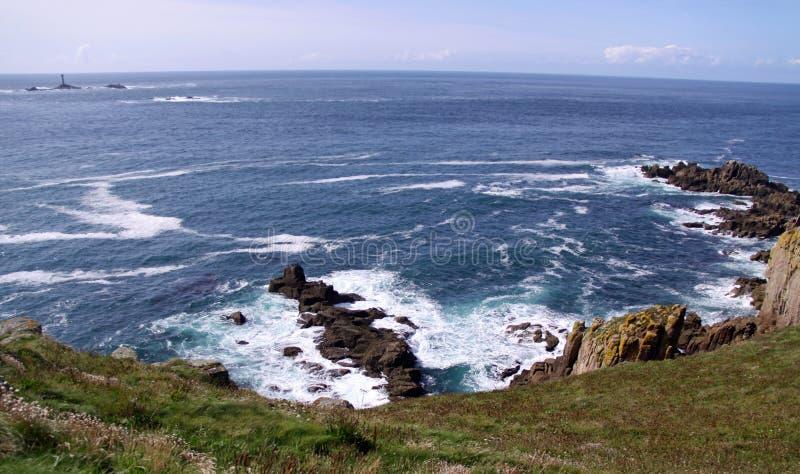 Paysage marin de littoral avec la maison légère photos stock
