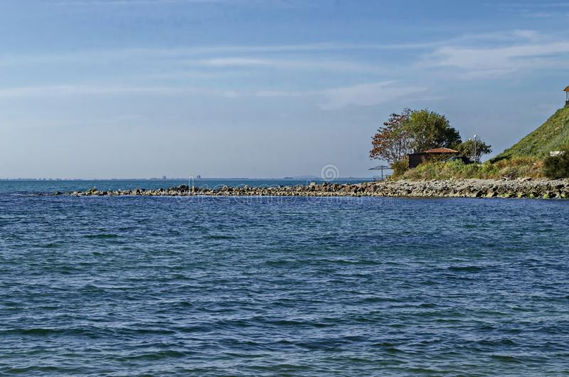 Paysage marin de pilier pour pêcher en Mer Noire avec le larus, la petite maison et l'arbre à la côte, ville antique Nessebar images stock