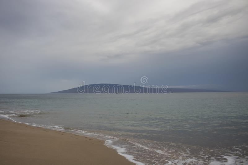 Paysage marin de plage avec l'ouragan tropical Maui H de tempête de cieux nuageux photographie stock libre de droits