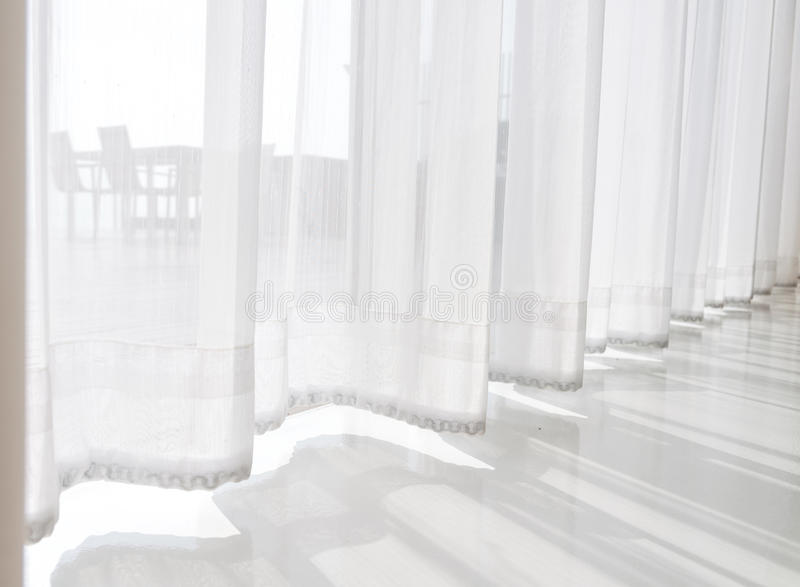 paysage marin de vue regardant des rideaux en tissu de blanc translucide de passage et photo stock