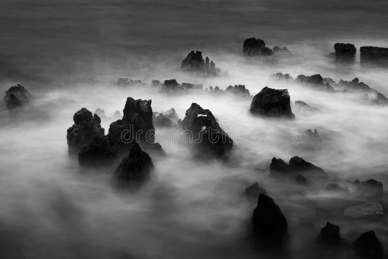 Paysage marin dramatique avec des vagues écrasant des roches, faites avec la longue exposition images stock