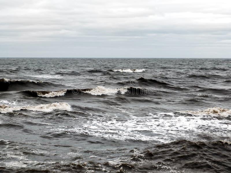 Paysage marin dramatique foncé avec des vagues de rupture par temps orageux image libre de droits