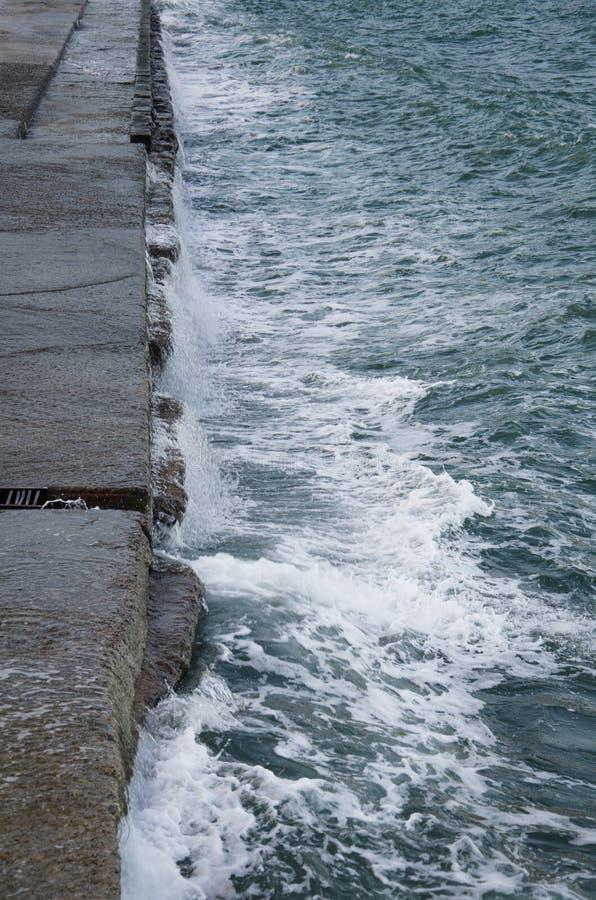 Paysage marin dramatique, vagues de mer sur la côte photo stock