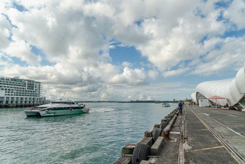 Paysage marin du Nouvelle-Zélande et quai de la Reine à Auckland, île du nord du Nouvelle-Zélande image libre de droits