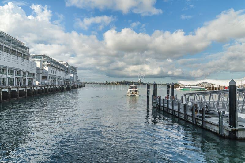 Paysage marin du Nouvelle-Zélande et quai de la Reine, Auckland du centre photos stock
