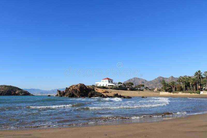 Paysage marin espagnol d'une plage sablonneuse avec les vagues se brisantes image libre de droits