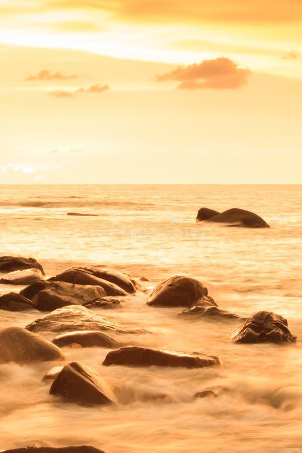 Paysage marin fantastique de paysage sur le crépuscule d'été, les nuages colorés et le ciel de coucher du soleil photos stock