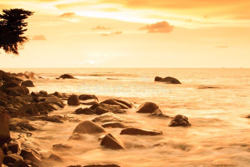 Paysage marin fantastique de paysage sur le crépuscule d'été, les nuages colorés et le ciel de coucher du soleil photo libre de droits