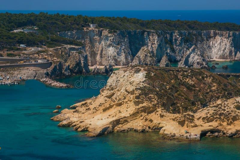 Paysage marin merveilleux avec des falaises, faraglioni de roches aux îles de Tremiti en Puglia image libre de droits