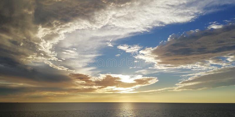 Paysage marin Nuages peu communs au coucher du soleil photographie stock