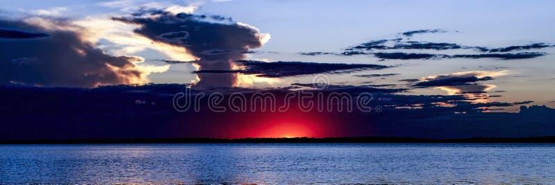 Paysage marin orageux dramatique de lever de soleil de ciel l'australie images libres de droits