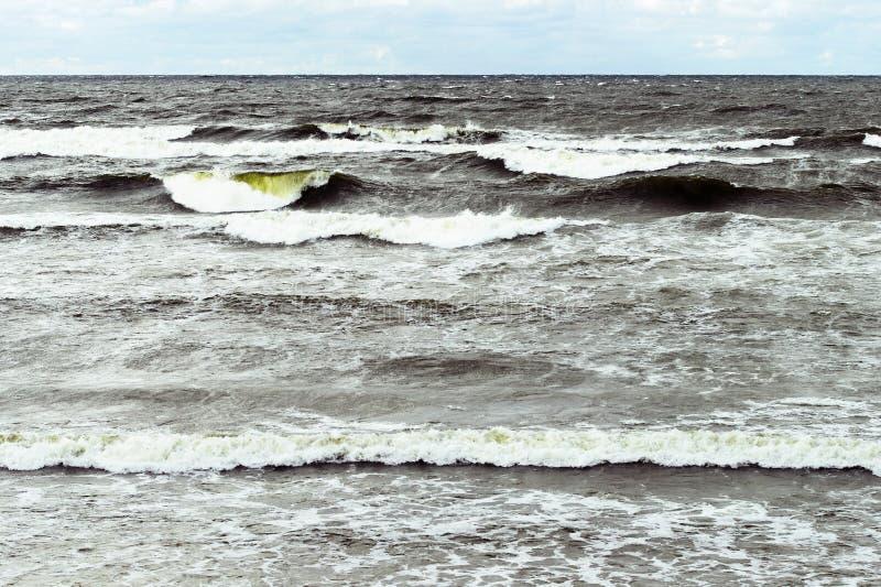 Paysage marin orageux Vagues rugueuses de mer baltique photo stock