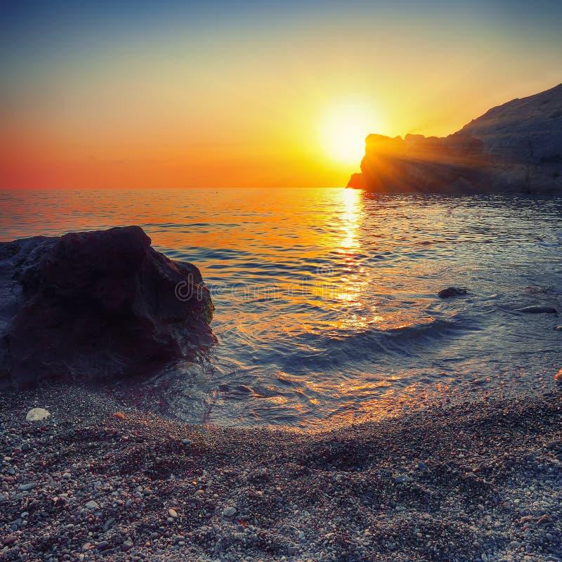 Paysage marin pendant le coucher du soleil photos libres de droits
