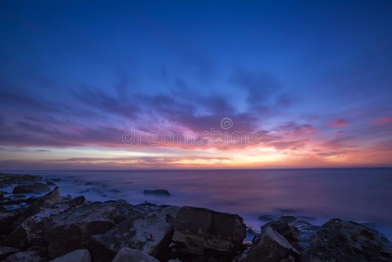 Paysage marin pendant le lever de soleil Beau paysage marin naturel, images libres de droits