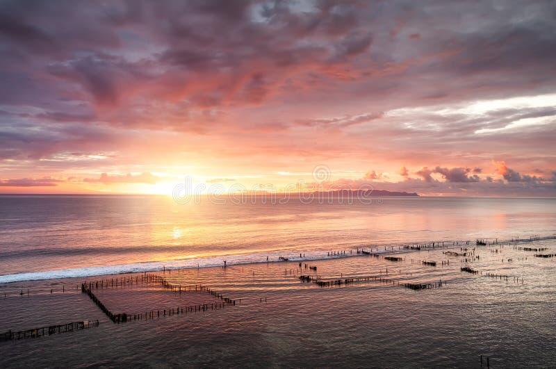 Paysage marin pendant le lever de soleil Ciel et r?flexions sur l'eau pendant l'?t? Rayons de Sun pendant le lever de soleil Nusa photo libre de droits