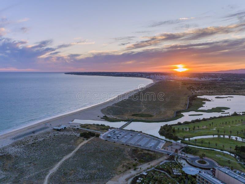 Paysage marin a?rien de coucher du soleil de plage et de lagune de Salgados dans Albufeira, r?gion de destination de tourisme d'A photo libre de droits