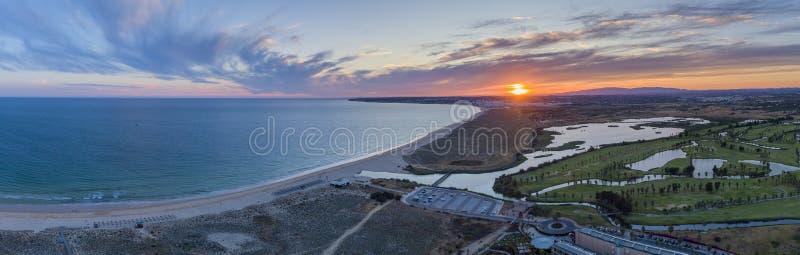 Paysage marin a?rien de coucher du soleil de plage et de lagune de Salgados dans Albufeira, r?gion de destination de tourisme d'A images stock