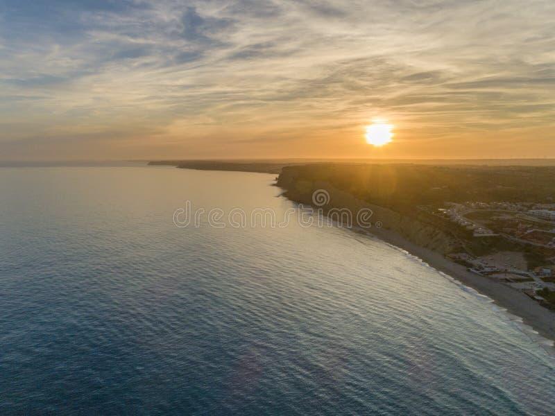 Paysage marin a?rien de coucher du soleil, de Praia Porto De Mos Beach et de formations de falaise de bord de la mer le long de l photographie stock