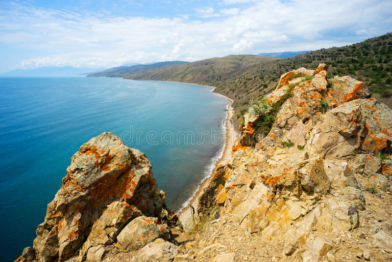 Paysage marin, roches couvertes de la mousse images libres de droits