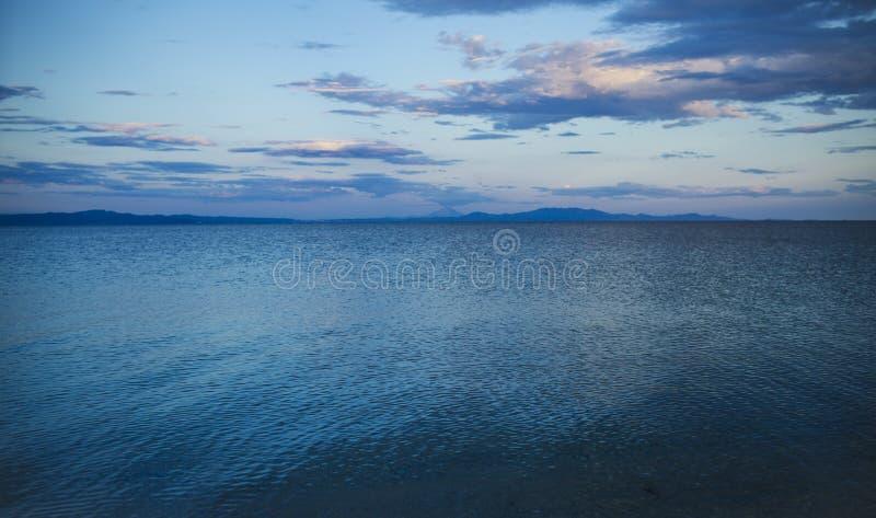 Paysage marin sur le ciel de soirée Mer avec de l'eau bleu après coucher du soleil Vacances d'été dans le tropique Aventure et en photographie stock libre de droits