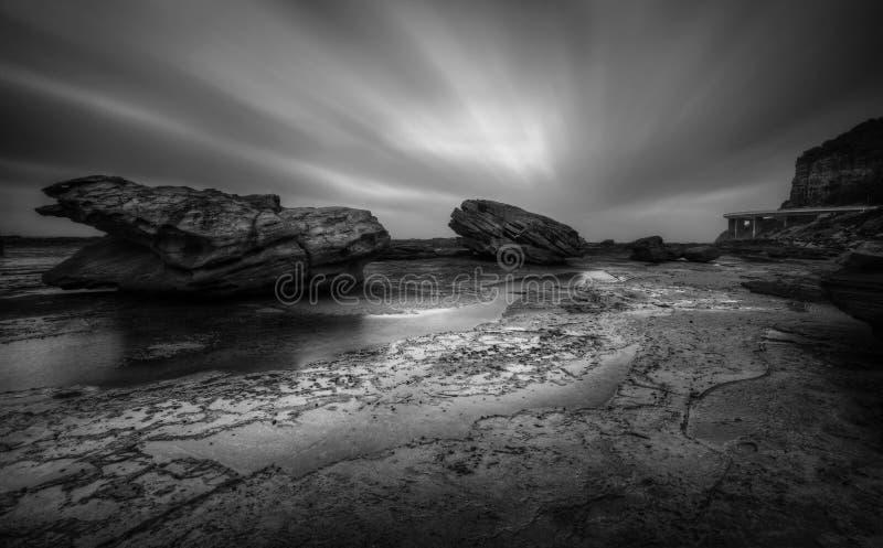 Paysage marin tempétueux de Coalcliff en noir et blanc photographie stock libre de droits