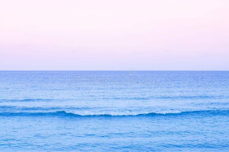 paysage marin tropical d'été avec l'eau en pastel de ton de vague et le coucher du soleil ou le ciel de lever de soleil Samui - e images libres de droits