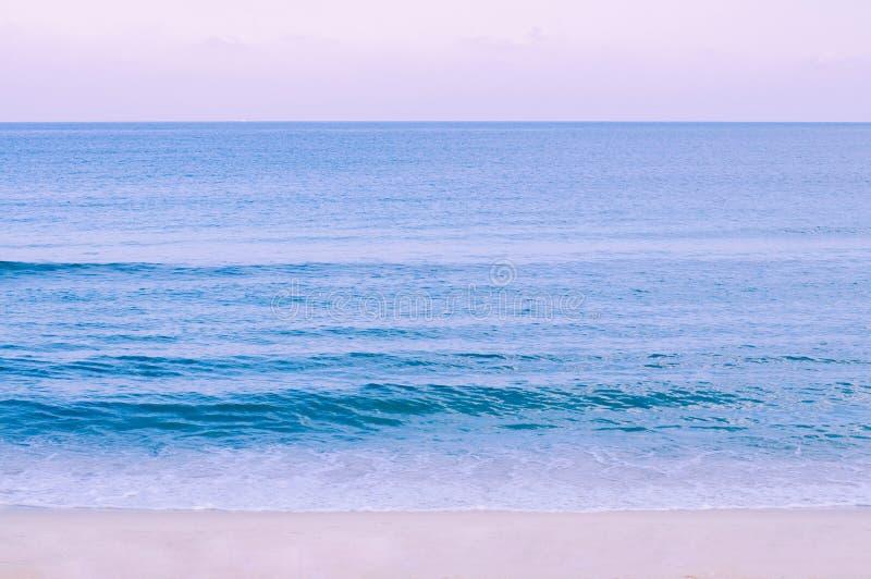 Paysage marin tropical d'été large avec l'eau et le ciel en pastel de ton de vague dans l'isalnd tropical de Samui - de la Thaïla images libres de droits