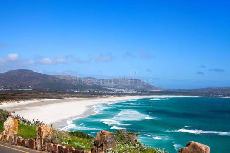 Paysage marin, vagues d'eau d'océan de turquoise, ciel bleu, route isolée d'entraînement de crête de Chapmans de panorama de plag photos libres de droits